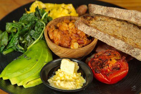 Кулинарна фотография - вкусна закуска с яйца, авокадо и зеленчуци