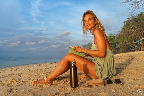 С книга на плажа