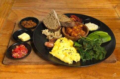 Кулинарна фотография - вкусна закуска с авокадо, хляб масло и яйца